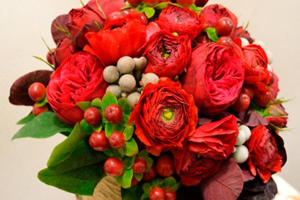 Как составить букет из ягод и цветов