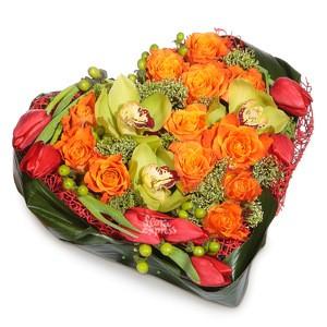 Цветочная композиция в форме сердца как нельзя лучше расскажет о вашей любви