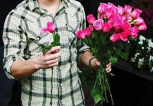 Подарить мужчине цветы – хороший способ порадовать его в ответ на ухаживания