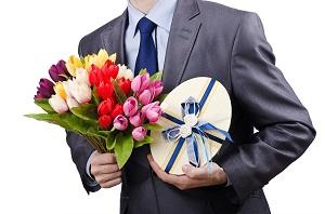 Не забудьте добавить к цветам какой-нибудь подарок