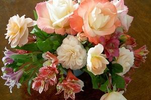 Молодой девушке лучше подарить букет из светлых нежных цветов