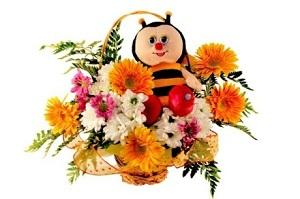 Сочетание нежных трогательных цветов и очаровательных мягких игрушек – прекрасный детский букет