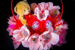 Детский букет – это не только нежные цветы, но и различные игрушечные персонажи и вкусные подарки, способные вызвать восторг!