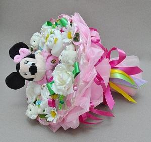 Выбирая букет для новорожденного, отдавайте предпочтение ярким цветам с тонким, неагрессивным ароматом