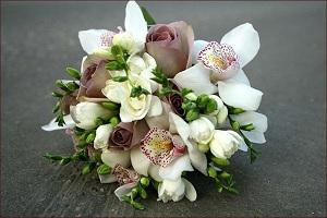 Экстравагантной женщине подарите букет, в котором главным цветком будет орхидея
