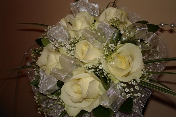 Семь роз белого цвета в букете с декоративными элементами
