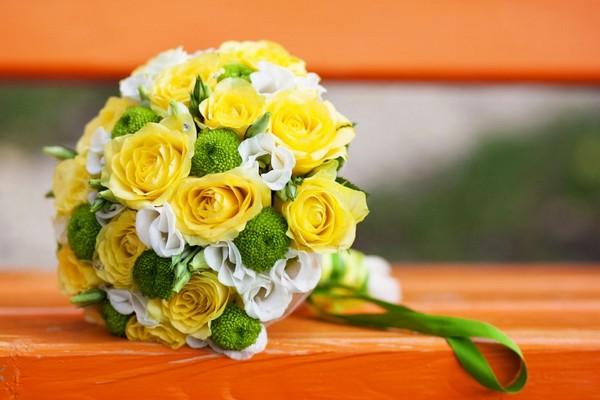 Свадебный букет с желтыми розами, хризантемами и декоративными элементами