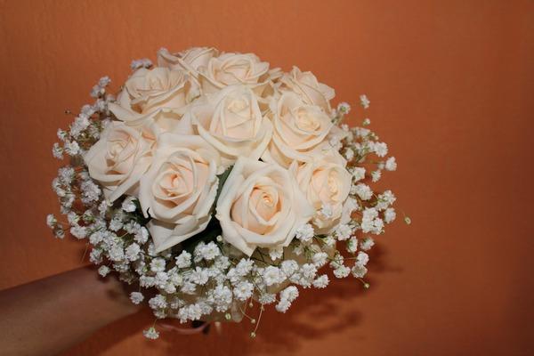 Букет из кремовых роз с белыми цветами