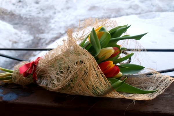 Букет тюльпанов в декоративной обертке