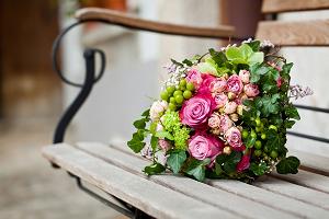 Сочетание ярких роз и сочной зелени привлекает взгляд