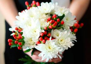 Белые хризантемы особенно хороши с ярким дополнением