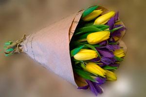 Крафтовая бумага – самая модная обертка для мужского букета