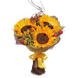 Эффектный букет цветов из подсолнуха, гиперикума и солидаго