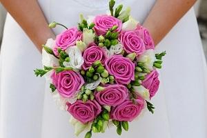 Ваш свадебный букет должен гармонично сочетаться с вашим нарядом и легко   вписываться в общий стиль торжества