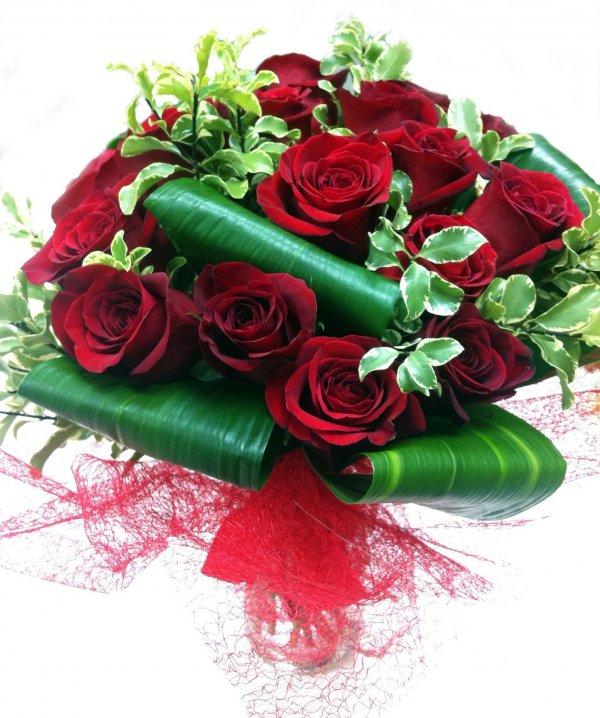 Мужские букеты с бордовыми розами, маленьких роз
