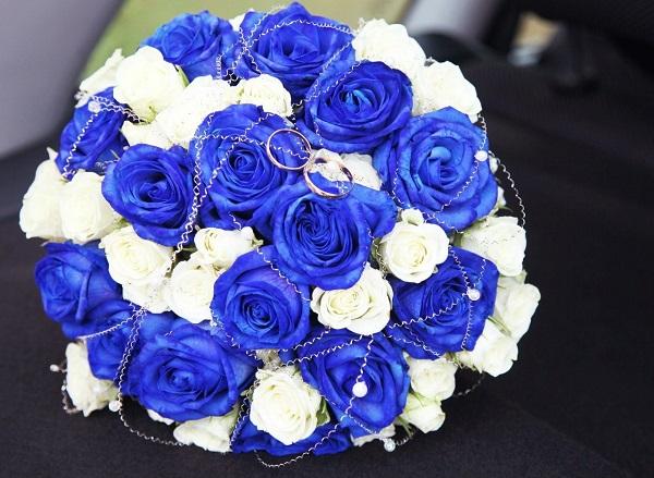 Букет невесты в синем цвете из роз