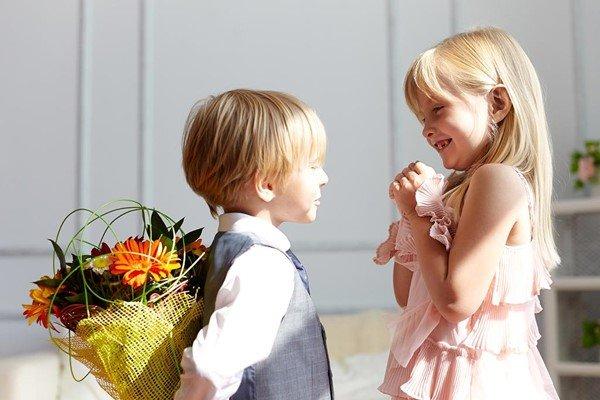 Мальчик дарит цветы 79